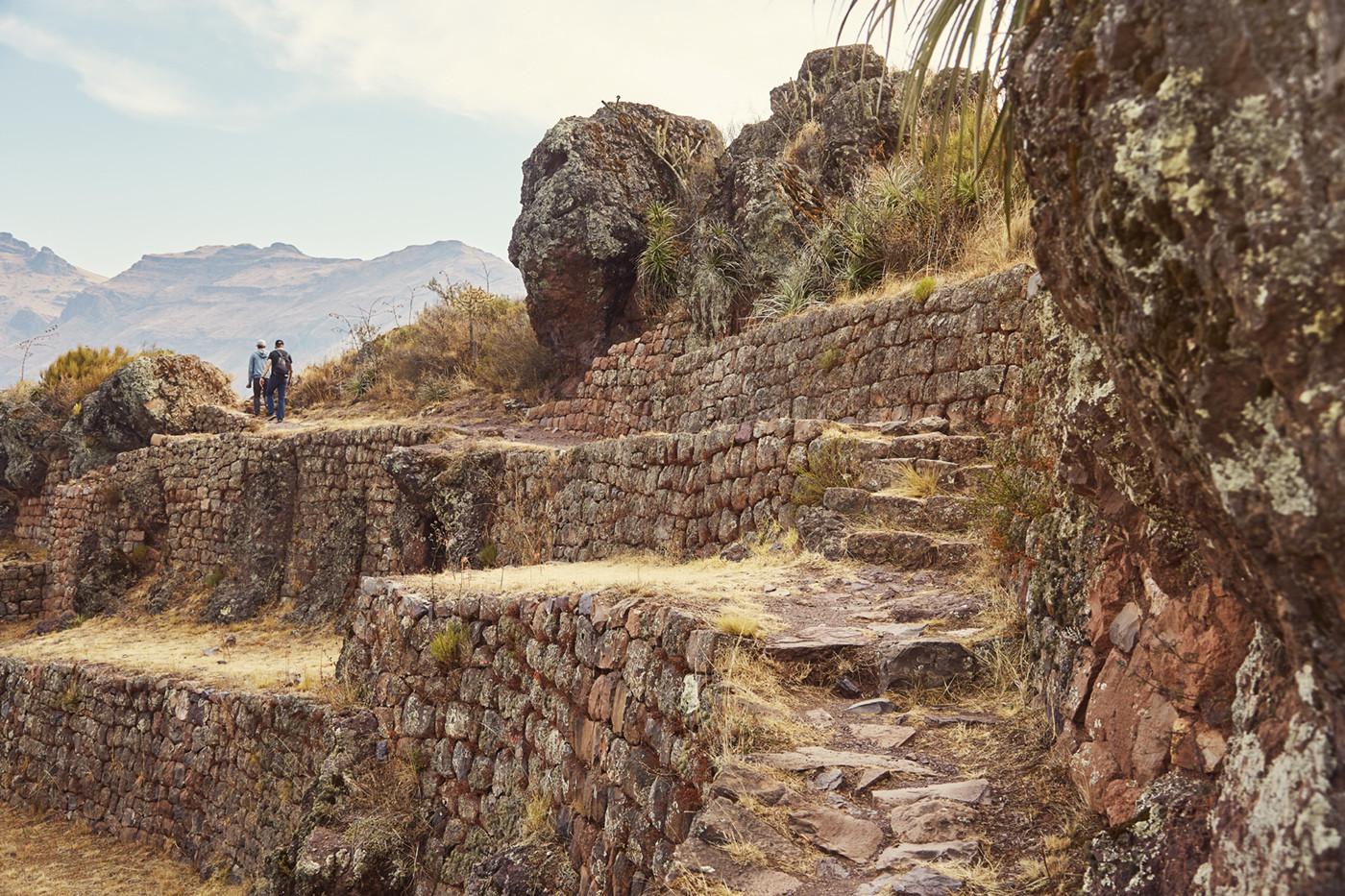 Es führen verschiedene Wanderwege durch die Pisac Ruinen in Peru. Es sind viel weniger Touristen unterwegs als in Machu Picchu oder Ollantaytambo. Ist man erstmal auf einem der Wanderwege, ist man beinah alleine unterwegs