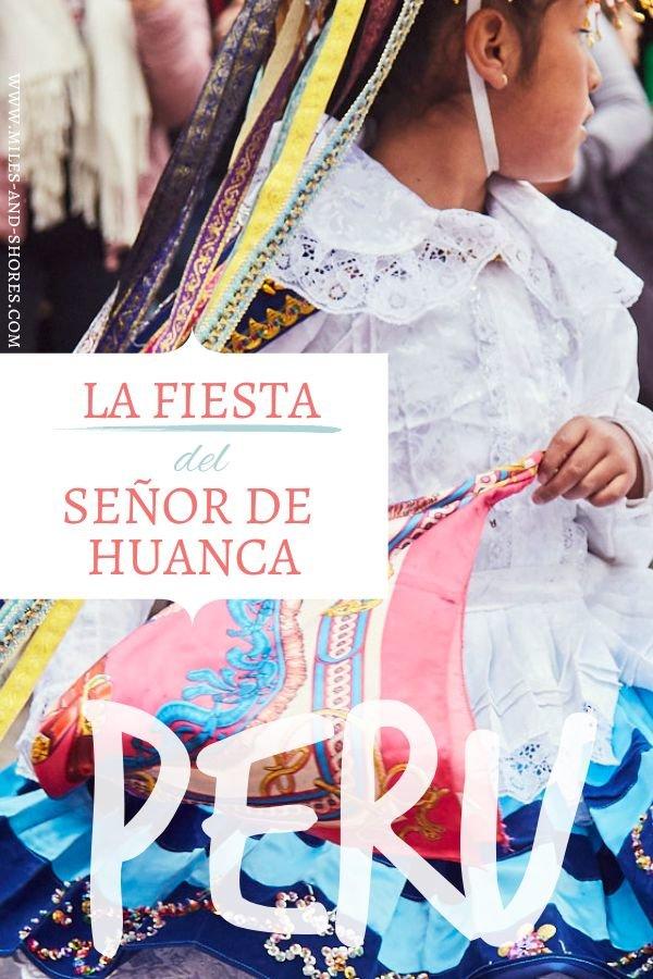Während unserer Peru Reise sind wir in Cusco auf einen traditionellen Festumzug gestoßen. Das Fest des Señor de Huanca wurde gefeiert. Die Peruaner pilgern jährlich nach Cusco um die Kapelle aufzusuchen. Begleitet wird die heilige Wallfahrt durch fast 1 Monat andauernde Feierlichkeiten in Cusco. Es gibt Musik, traditionelle Trachten, Kostüme und natürlich Tanz #peru #cusco #perureise #roadtrip #fiesta #fiestadelsensordehuanca #senordehuanca #tradition