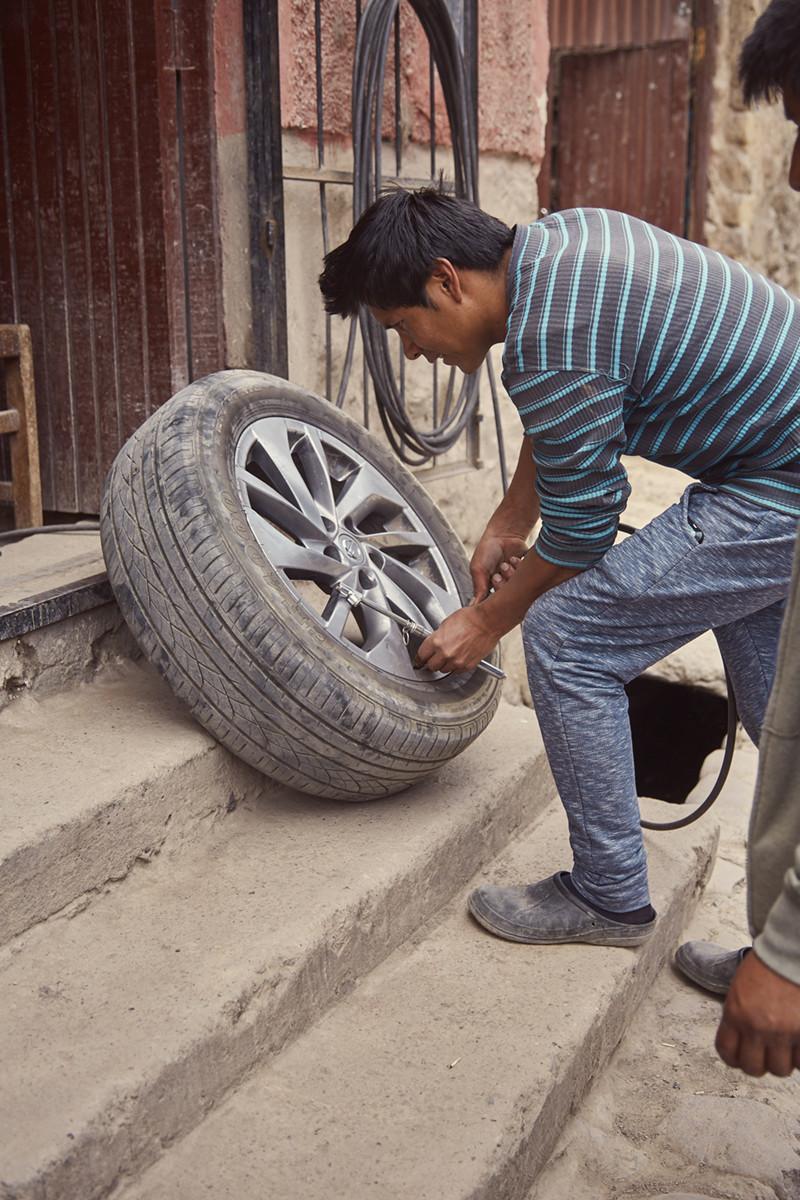 Eine Reifenpanne in Peru zählt wohl zu den häufigsten Autopannen. Es gibt einen guten Mechaniker in Ollantaytambo, er findet sich nur nicht auf google maps