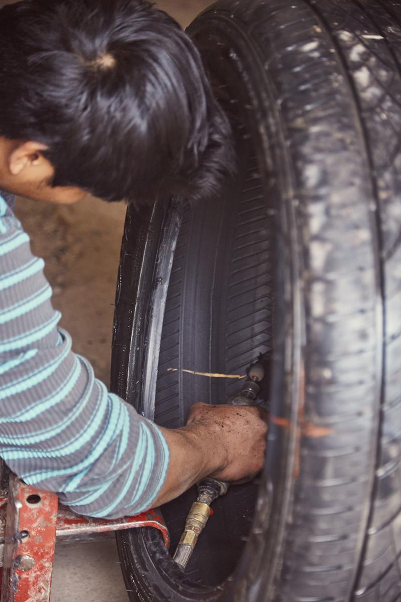 Der Automechaniker flickt den Reifen und hat uns toll geholfen