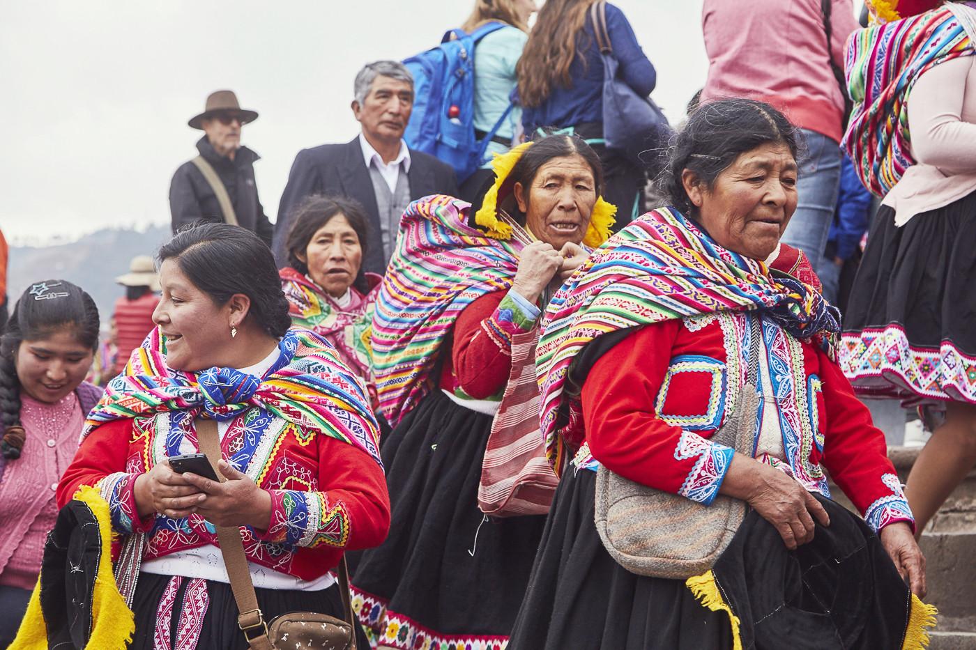 Frauen auf dem Weg zur Parade in Cusco