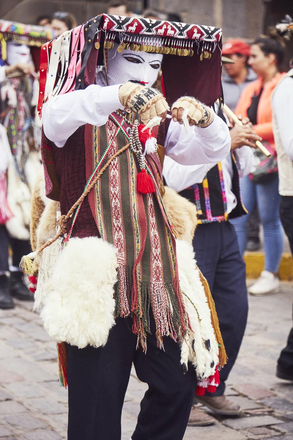 weiße Masken, die an Ringermasken erinnern, Guanacofell und ein sehr spezieller Tanz zu Ehren des Señor de Huanca in Cusco Peru