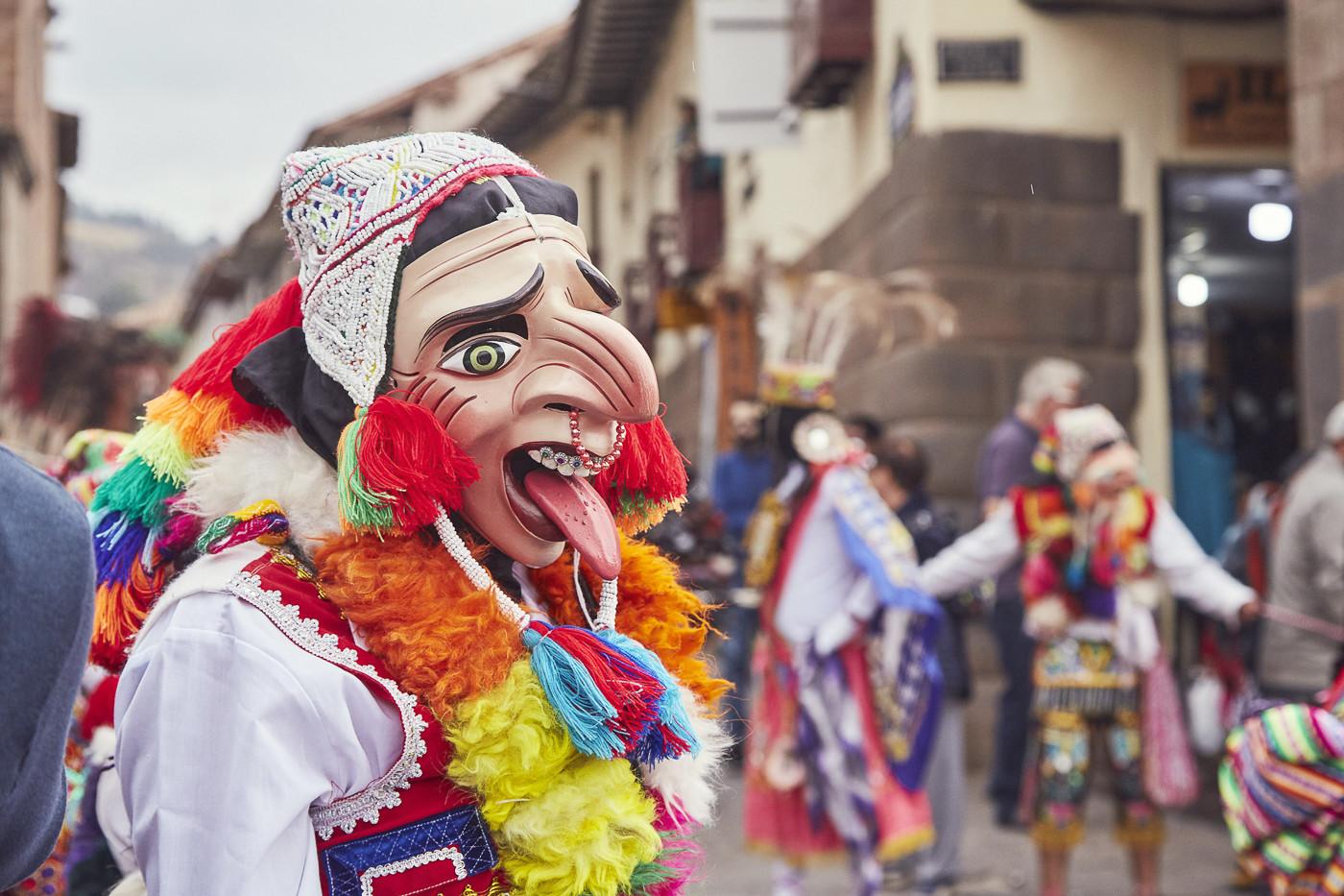 Maske mit herausgestreckter Zunge und großer Hakennase - La fiesta del Señor de Huanca