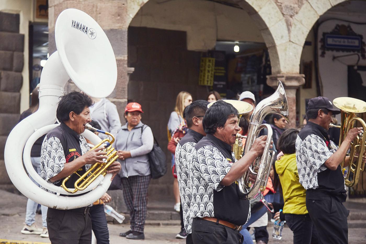 Dazwischen waren immer wieder Straßenmusiker unterwegs, die neue Melodien anspielten