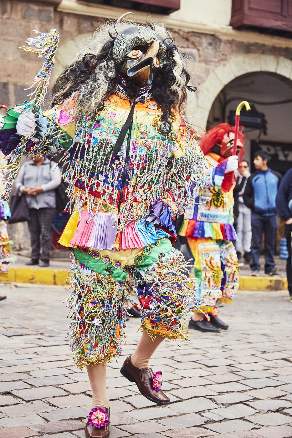 Mann mit buntem Outfit und Vogelmaske. Während unserer Peru Reise sind wir in Cusco auf einen Umzug zu Ehren des Señor de Huanca gestoßen und haben dem Umzug beigewohnt