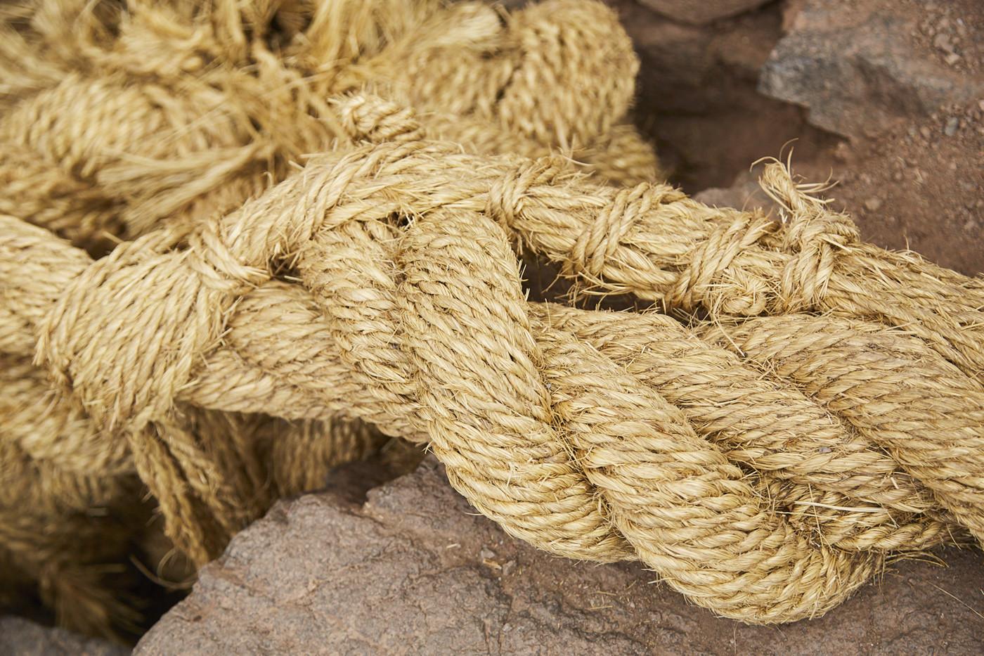 Geflochtenes Seil aus getrocknetem Gras bei der Rope Bridge in Peru
