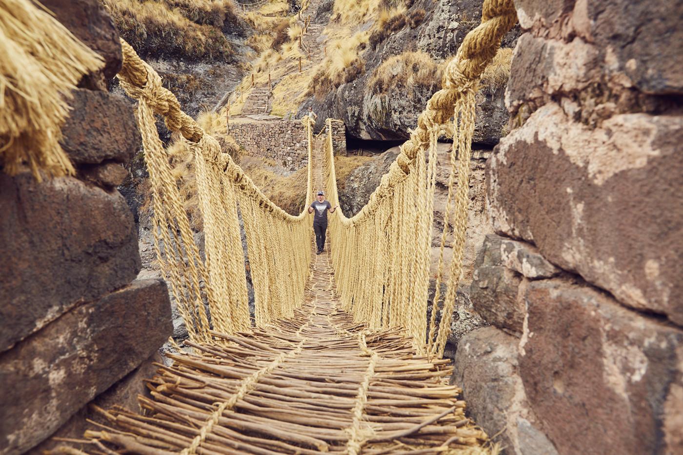 Ronnie beim Überqueren der Grasbrücke in Peru