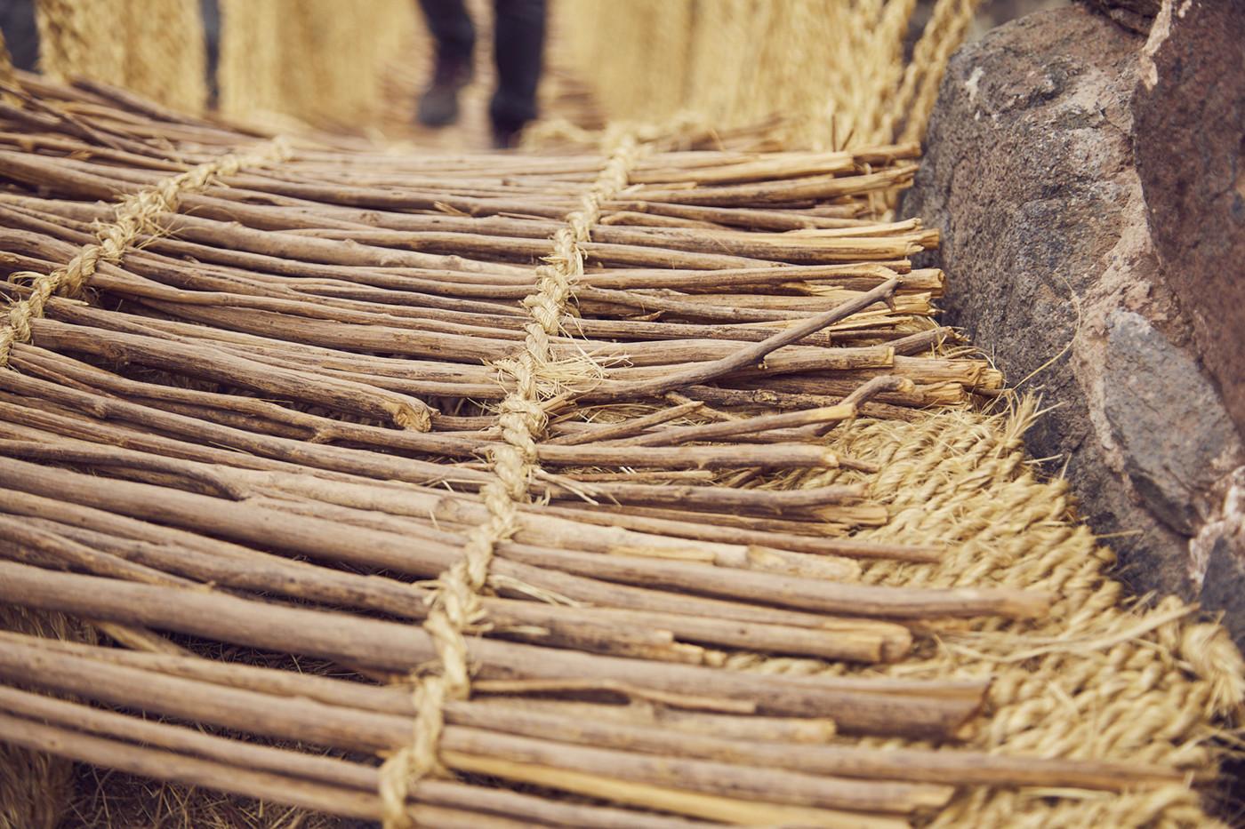 Gefertigt aus Stroh und Gras, ineinander verflochten: Das ist auch der Boden der Grasbrücke in Peru