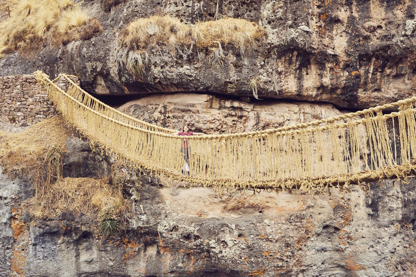 Christina beim Überqueren des Q'eswachaka Rope Bridge in Peru - über die Grasbrücke zu laufen war ein tolles Erlebnis