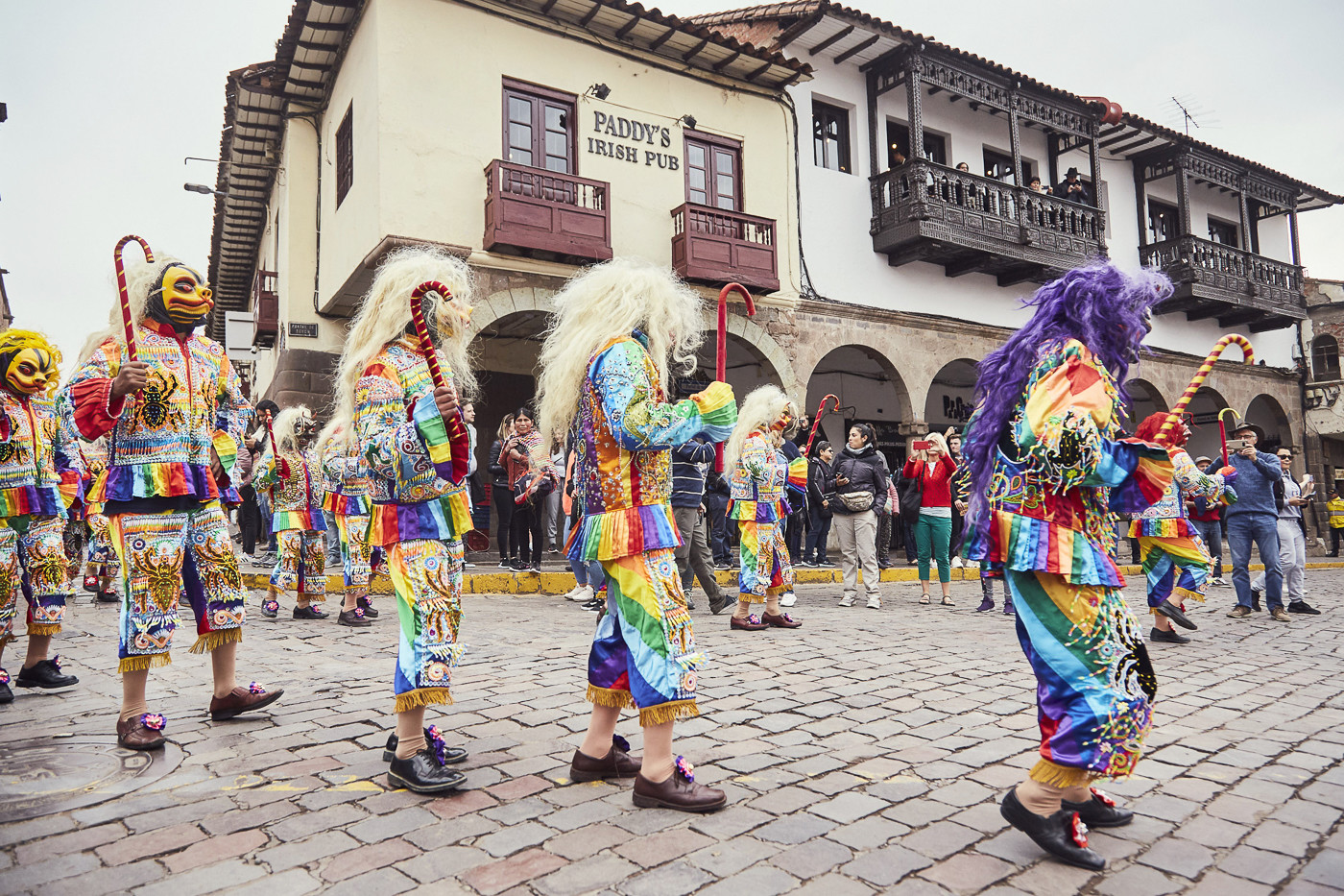 Ganze Gruppe mit Tiermasken beim Umzug zur Feier des Señor de Huanca in Cusco Peru