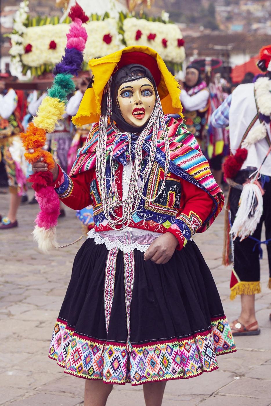 bemalte Masken oder Masken aus Stoff werden vielfach getragen. Die Tänzer erzählen mit ihren Verkleidungen auch Geschichten