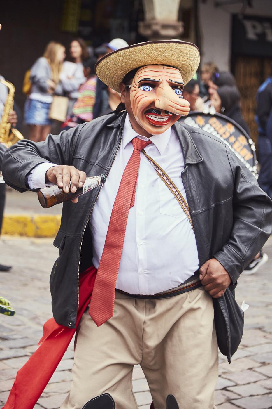 Tanzender Herr mit Bierflasche beim Umzug der Feier des Senor de Huanca in Peru