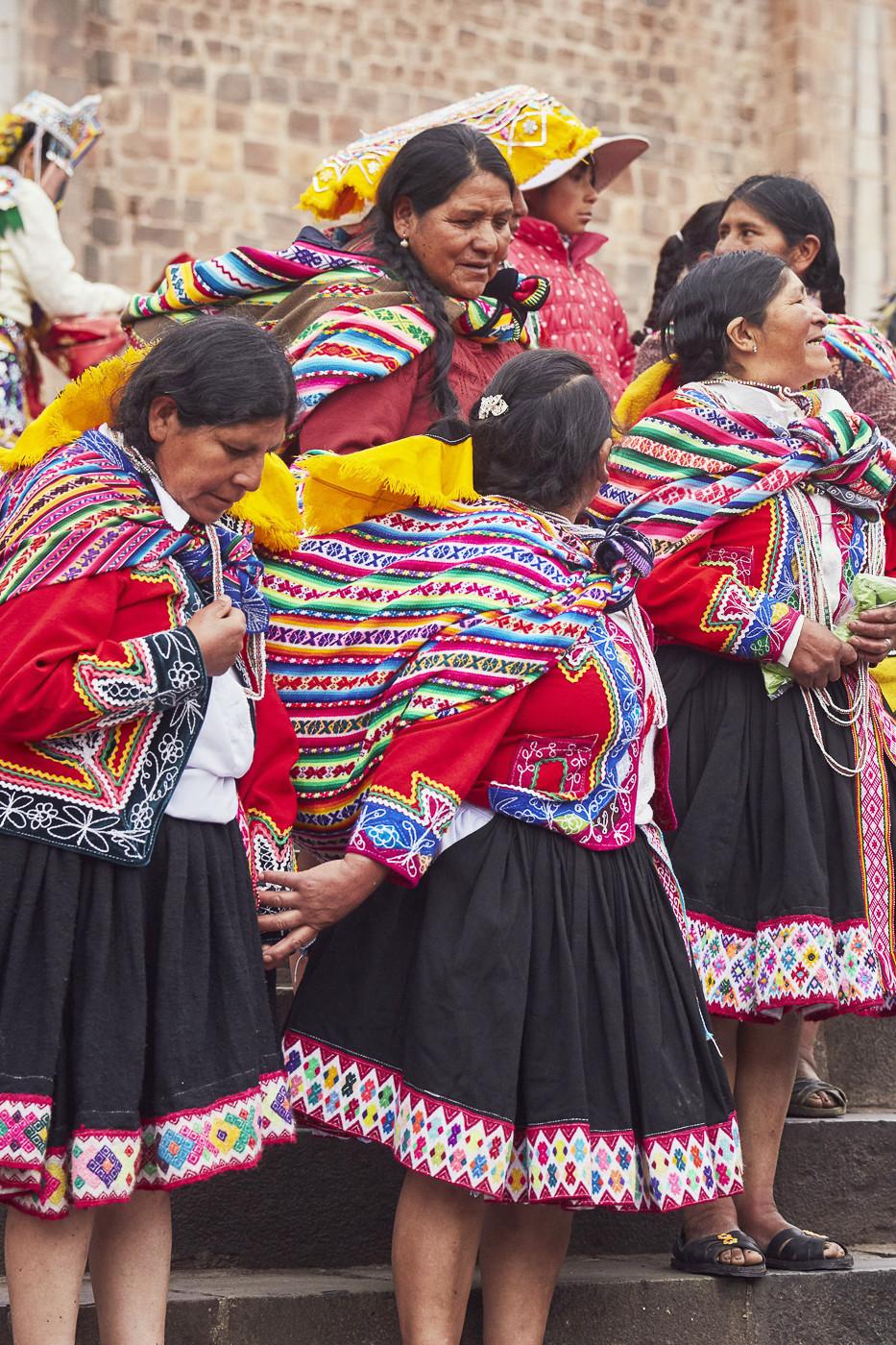 Die Frauen in der traditionellen peruanischen Tracht warten darauf, dass die Feierlichkeiten beginnen
