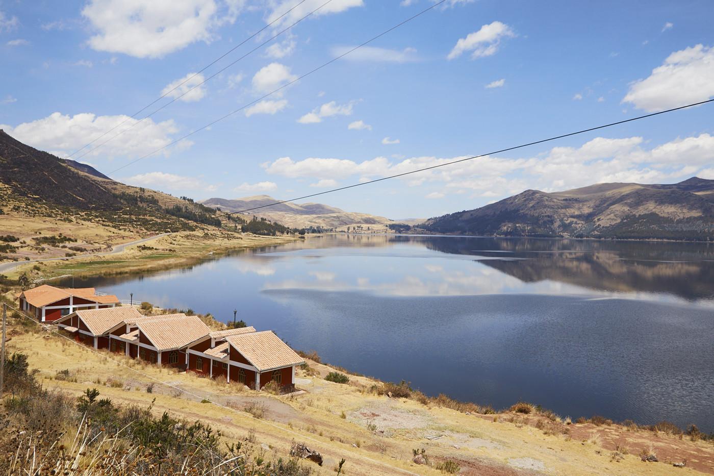 Die Laguna Pomacanchi war der erste See auf unserem Weg zur Grasbrücke. Kleine Häuschen säumen das Seeufer des tiefblauen Flusses, die Landschaft drumherum ist in einem satten gelb