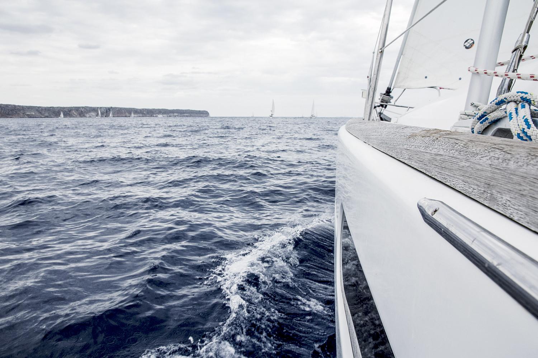 Mit dem Segelboot im Mittelmeer, das fehlt mir jetzt. Weil es aber nun gerade nicht geht, haben wir hier 5 Tipps gegen Fernweh gesammelt, die die Zeit bis zum nächsten Urlaub verkürzen sollen