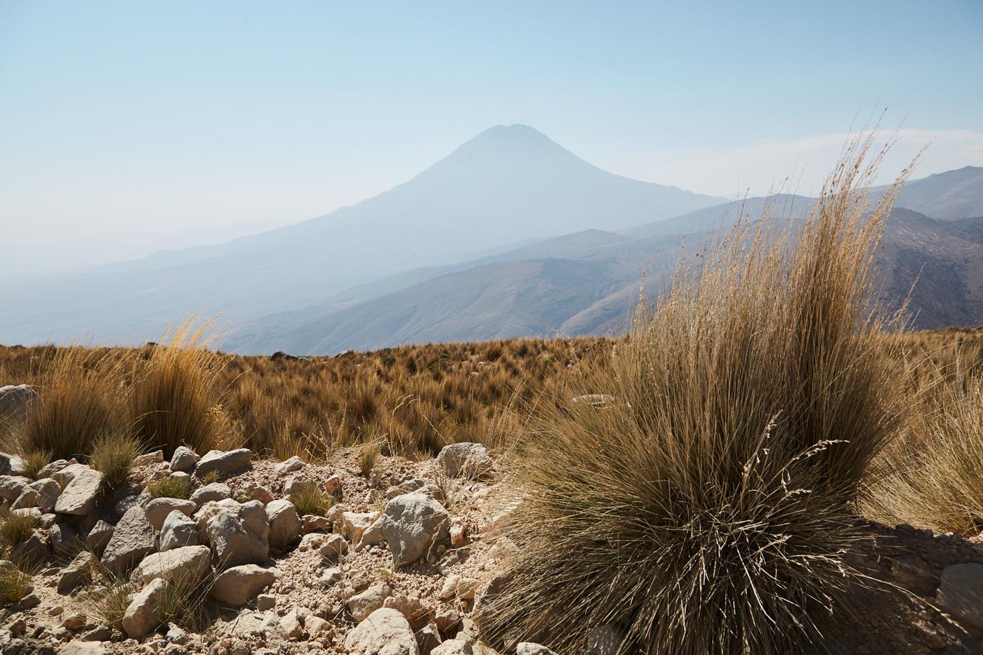 Bei der Rückfahrt begleitete uns immer der Blick auf den im Dunst gelegenen El Misti Vulkan