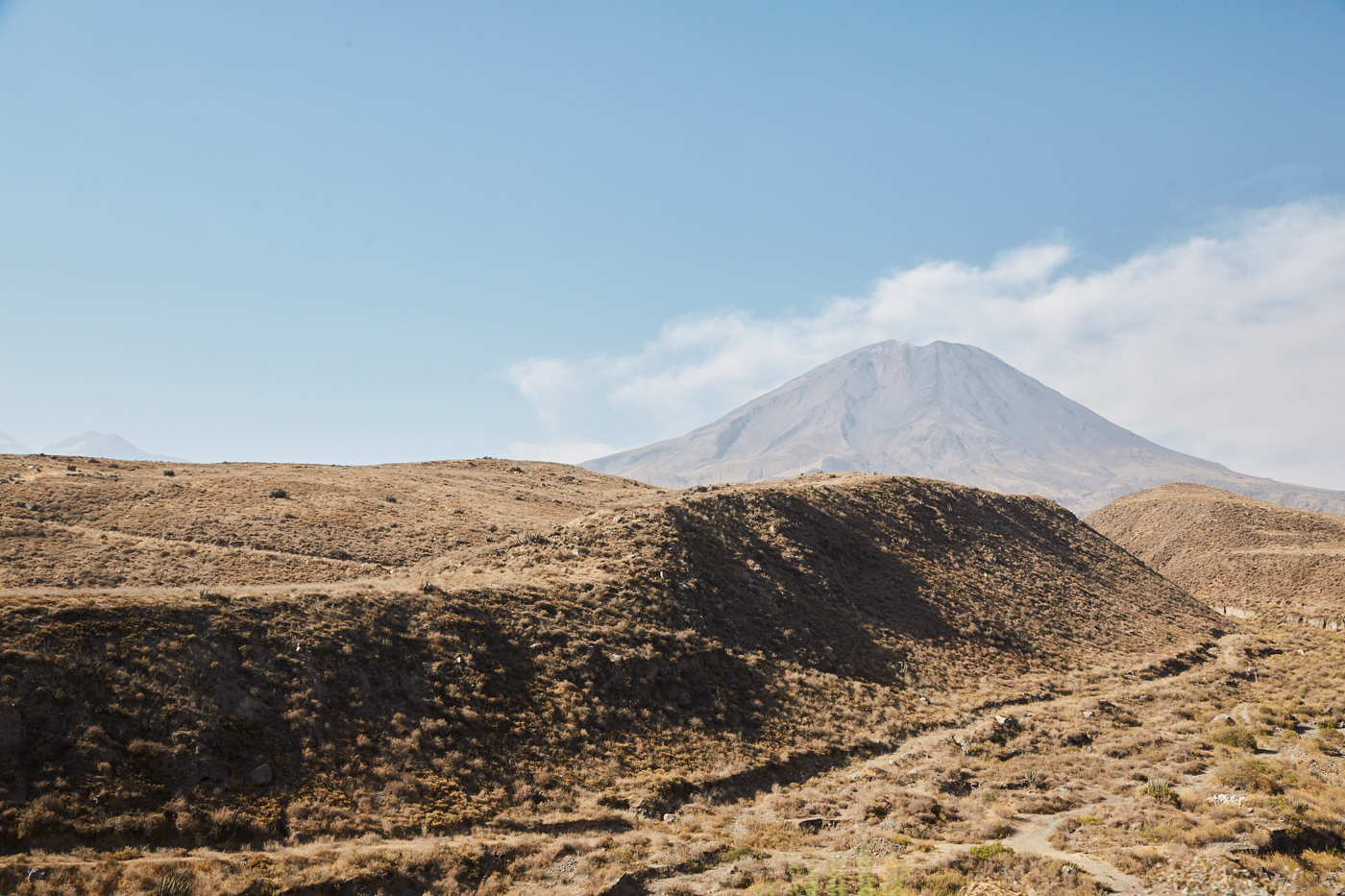 Der El Misti Vulkan zieht in der Ferne an uns vorbei, als wir in Serpentinen Richung Arequipa fuhren
