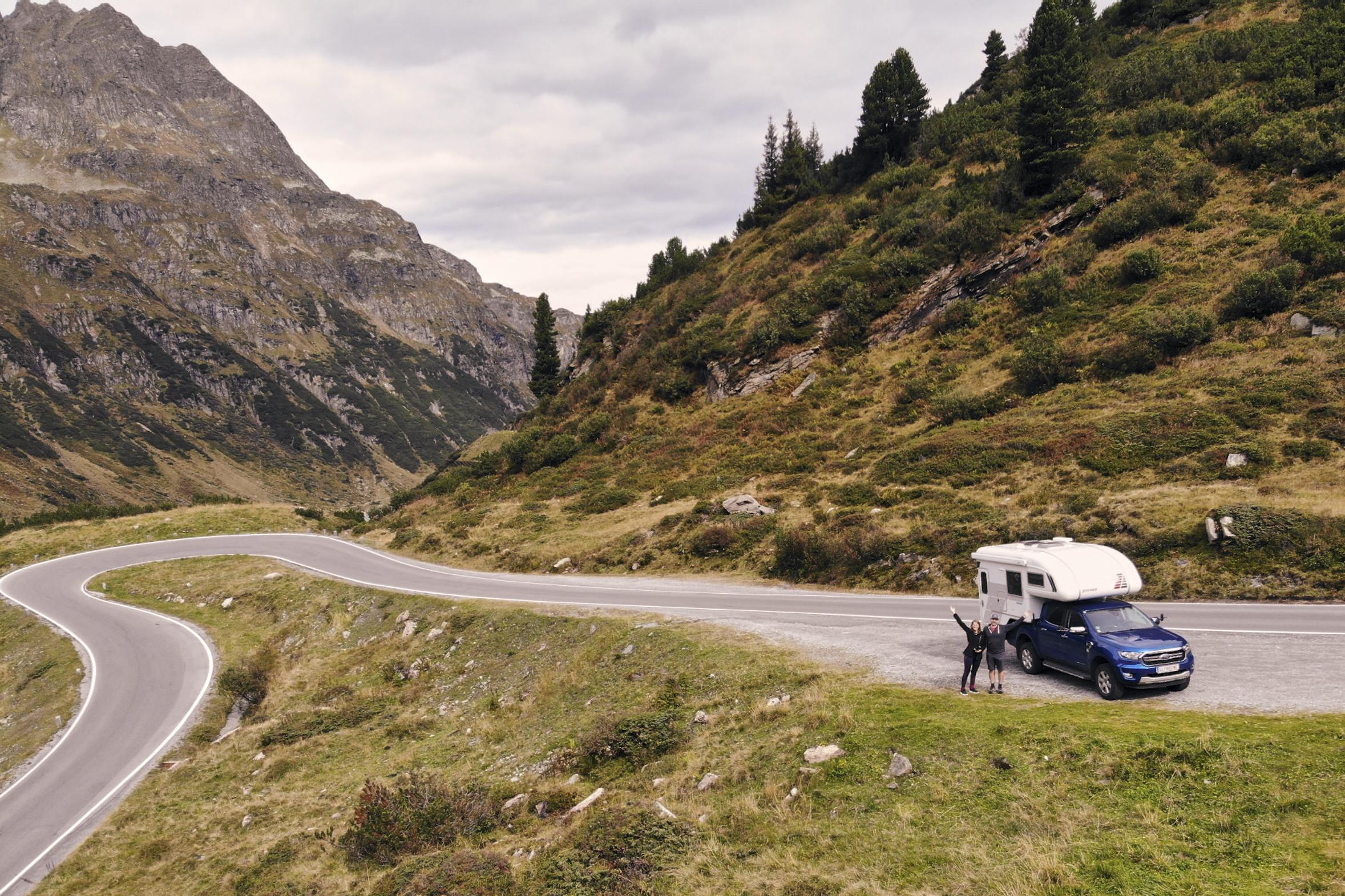 Bergstraße in Vorarlberg mit dem Pickup Camper. Durch Allradfunktion kommt man an Stellen, an die gewöhnliche Campingbusse nicht kommen