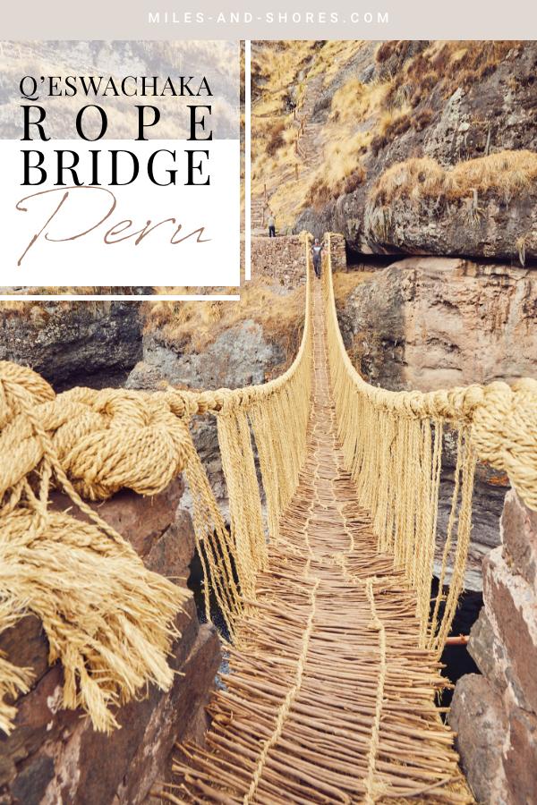 Die Q'eswachaka Rope Brige ist die letzte Inka Hängebrücke. Die Grasbrücke muss jedes Jahr neu gefertigt werden und besteht aus geflochtenem Gras. Sie wurde sogar zum UNESCO Weltkulturerbe ernannt und doch gilt die Brücke noch immer als echter Geheimtipp in Peru. Als wir dort waren, konnten wir die Brücke alleine genießen! Wie du hinkommst, welche Möglichkeiten es gibt und was es kostet findest du auf unserem Blog. #peru #perureise #travel #perutravel #roadtrip #südamerika