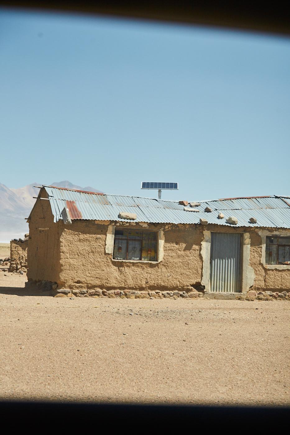 Viele Häuser in Peru verwenden Solaranlagen zur Stromerzeugung, und möge die Hütte noch so baufällig sein