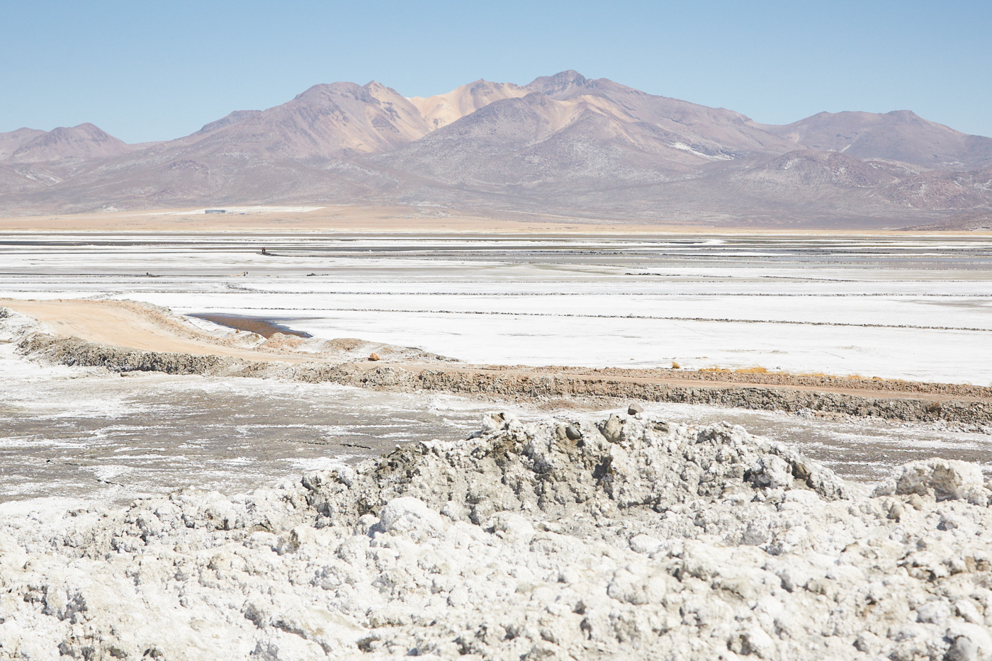 Die weiße Saline vor rosa Bergen im Reserva Nacional de Salinas y Aguada Blanca