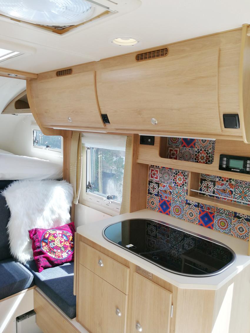 Pickup Camper innen mit Küchenzeile, hellem Holz und schönen bunten Fliesen
