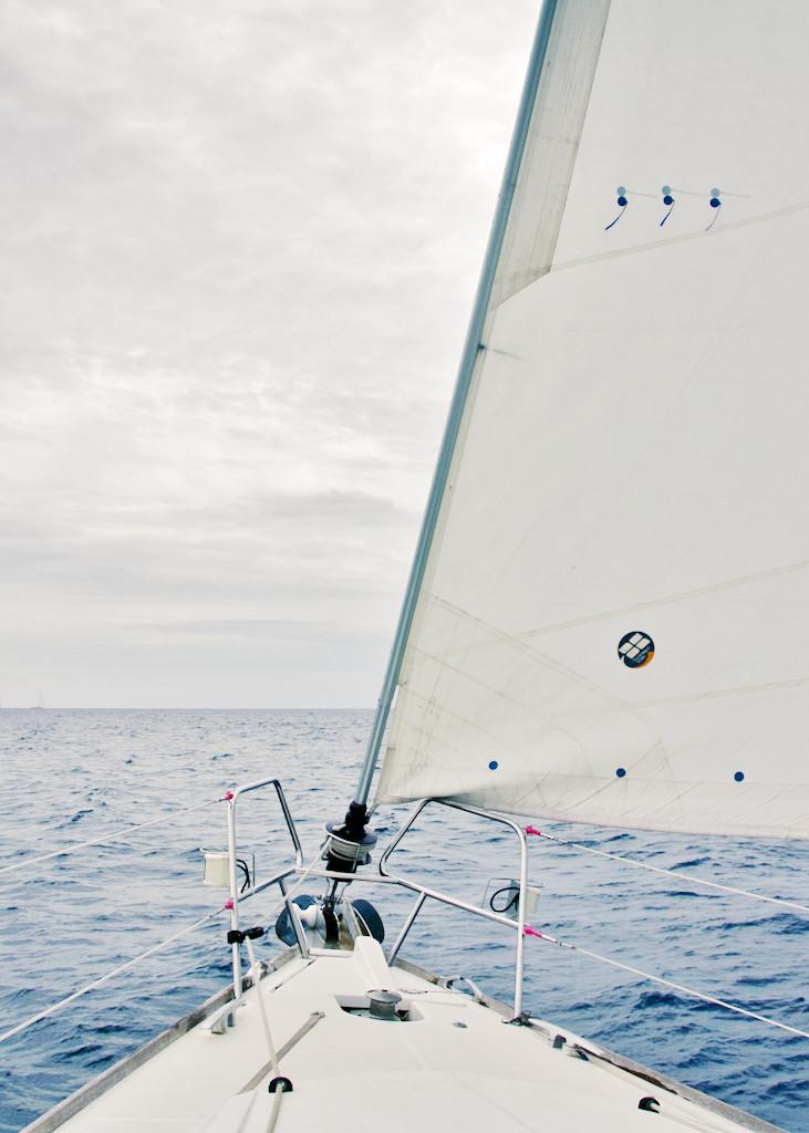 Manchmal packt einen einfach das Fernweh. Ich sehne mich gerade nach einem Segelboot im Mittelmeer. Vorne sitzen und das Meer von oben zu beobachten, während das Segelboot durch die Wellen schneidet, das wäre schön!