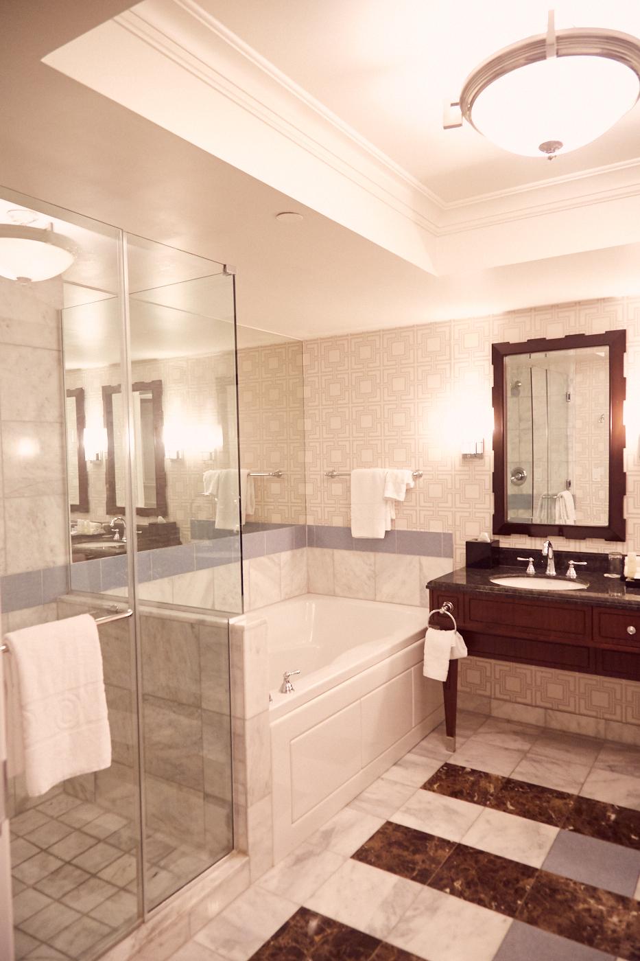 Ein wunderschönes riesiges Badezimmer! Das Upgrade im Caesars Palace war einer unserer 5 verrücktesten Reisemomente