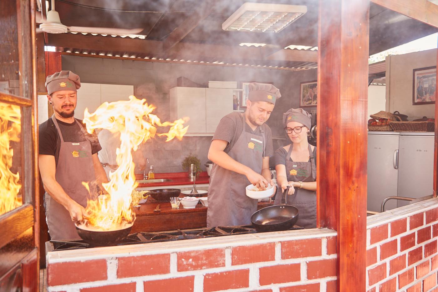 Das Highlight war die Zugabe von Pisco, durch den Schnaps entsteht eine Stichflamme im Wok, die ein tolles Showelement beim peruanischen Kochkurs war