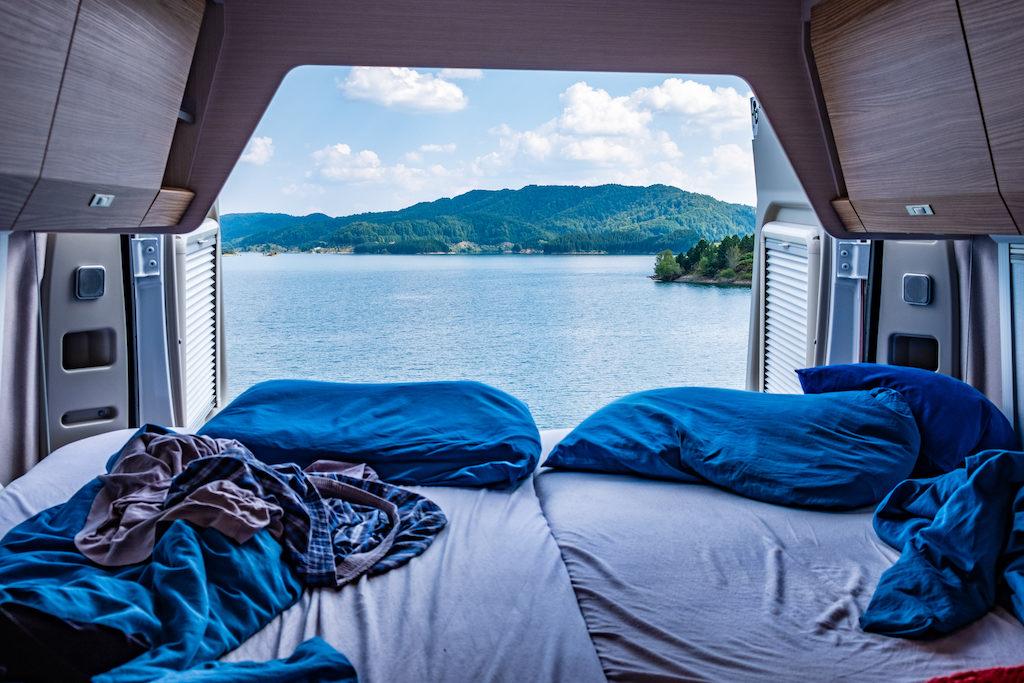 Freiheit und Spontanität machen das Vanlife so spannend. Mit Ausblick vom Autoinneren direkt auf den See ist es ein besonders schöner Platz zum Übernachten